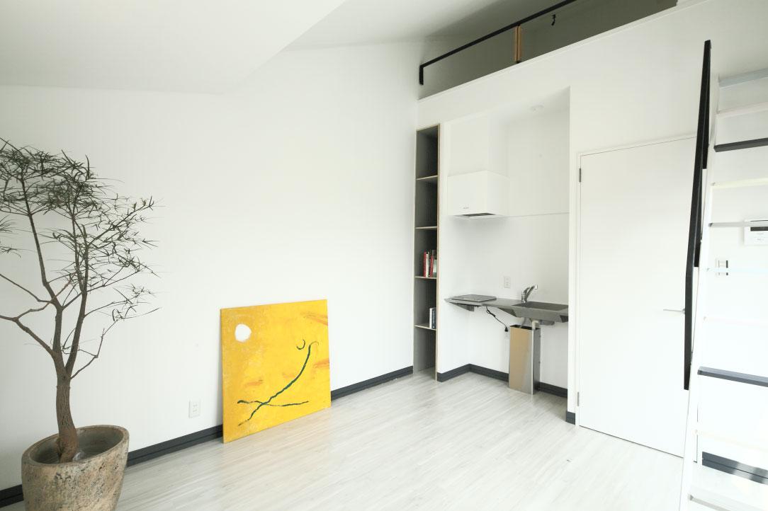 小さな白い家 「太陽がキッチンに降り注ぐ家」