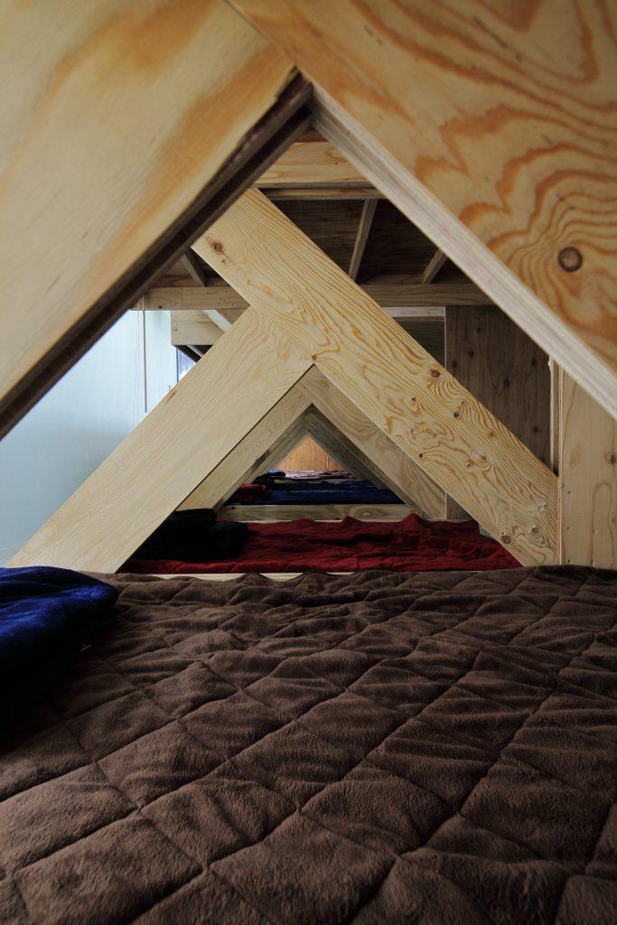 トラス構造が見える寝室