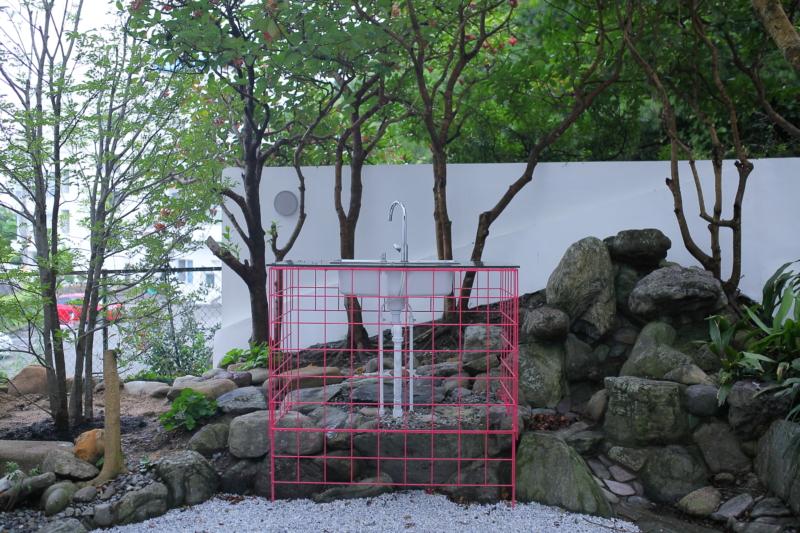庭に設けられたピンクのモニュメント実際に料理も可能。