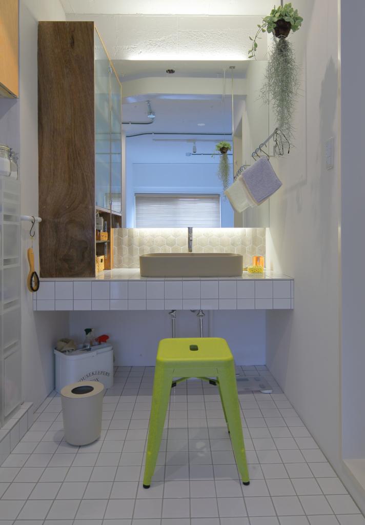 白いタイルの洗面台