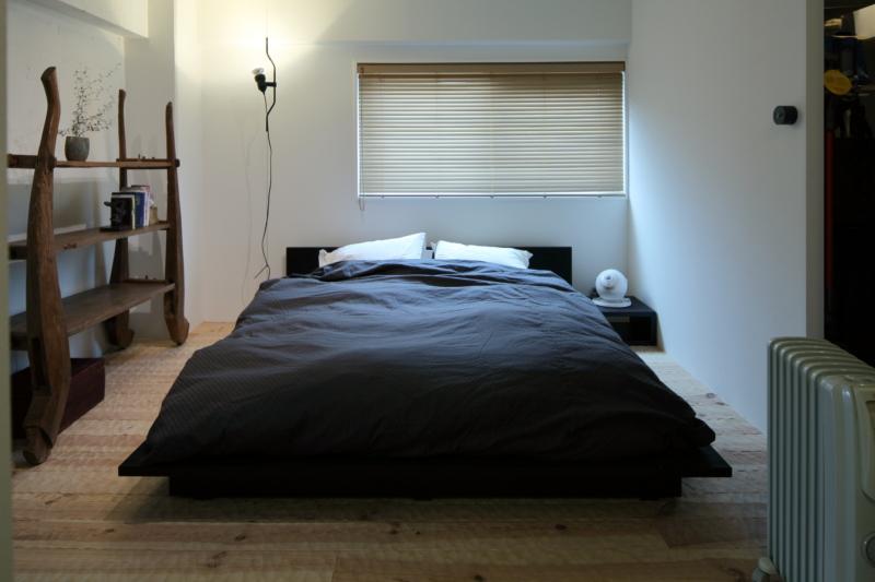 スプーンカットのフローリングのある寝室