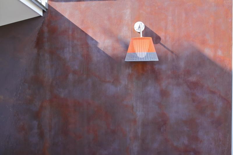 錆の壁とFLOS製のブラケット