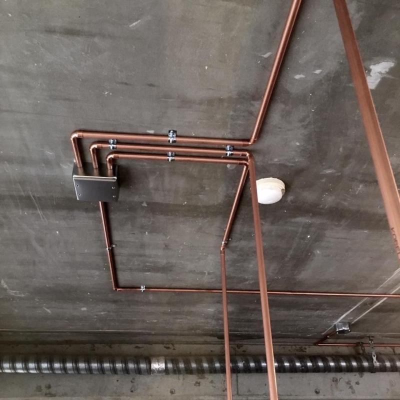 鉄管でなく銅管を使った配管。