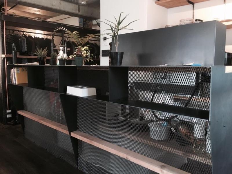 黒皮の鉄とエキスパンドメタルを使ったキッチン。