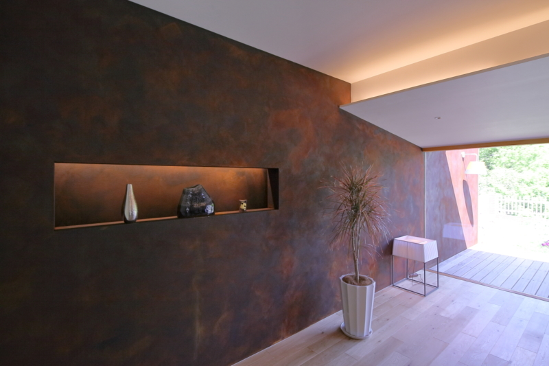 内から外へ続く錆塗装の壁